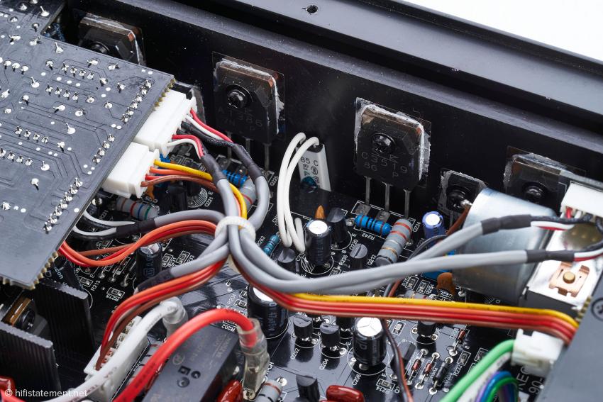 Die verbauten Transistoren stammen vom Hersteller Sanken, anhand ihres Datenblatts lässt sich der Maximalstrom von 15A verifizieren
