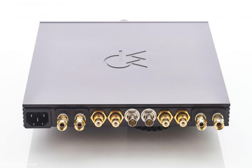 Auf der Rückseite geht es größenbedingt recht eng zu: links und rechts ganz außen die Lautsprecheranschlüsse, gefolgt von zwei Paar unsymmetrischen RCA Eingängen und in der Mitte einem SATRI-Link-Anschluss mit BNC-Buchsen