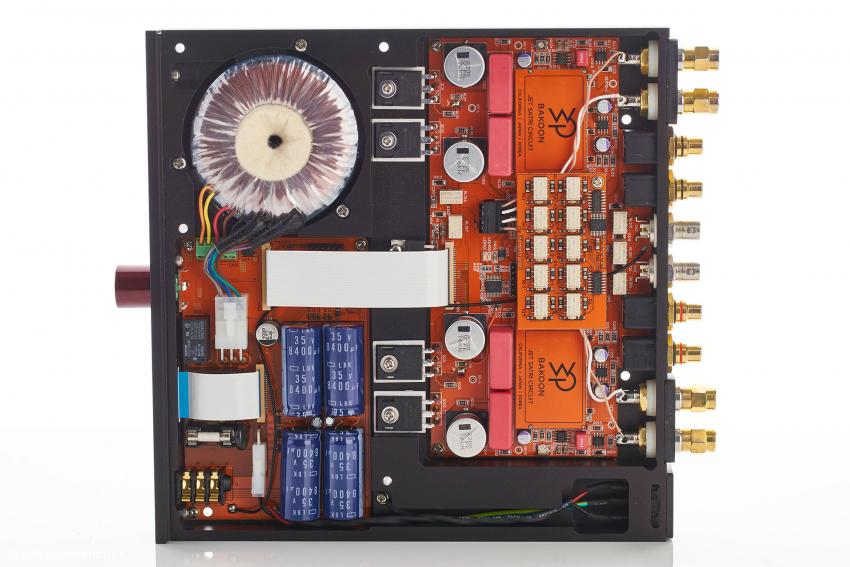 Der exzellente Innenaufbau: in der linken Hälfte das Netzteil, in der Mitte die Ausgangstransistoren und in der rechten Hälfte die Lautstärkeregelung mit den Relais und darunter die SATRI-Schaltung