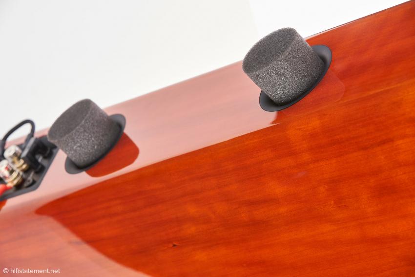 Die zwei Schaumstoff-Pfropfen erlauben die Variation zwischen Bassreflex und nahezu geschlossenem Gehäuse