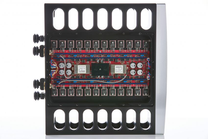 Im oberen Teil befindet sich eine klassische analoge Endstufe in symmetrischem Aufbau
