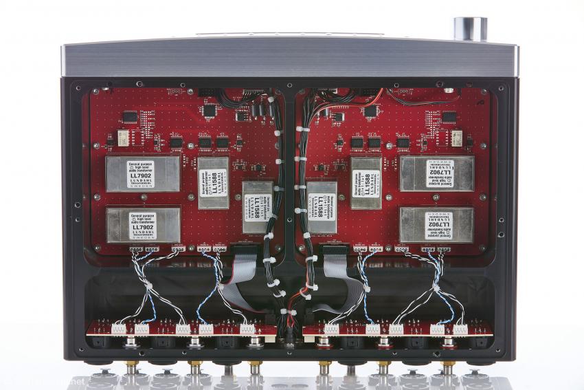 Die Signalplatinen mit den Lundahl-Übertragern sitzen jeweils in einer eigenen Kammer, die Steuerungselektronik ist in der Frontplatte untergebracht