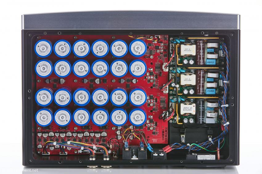In der PSU liefern drei Schaltnetzteile die Energie für die Steuerungselektronik und die beiden Signalplatinen. Der Strom für diese wird in den beiden Kondensatorbänken zwischengespeichert