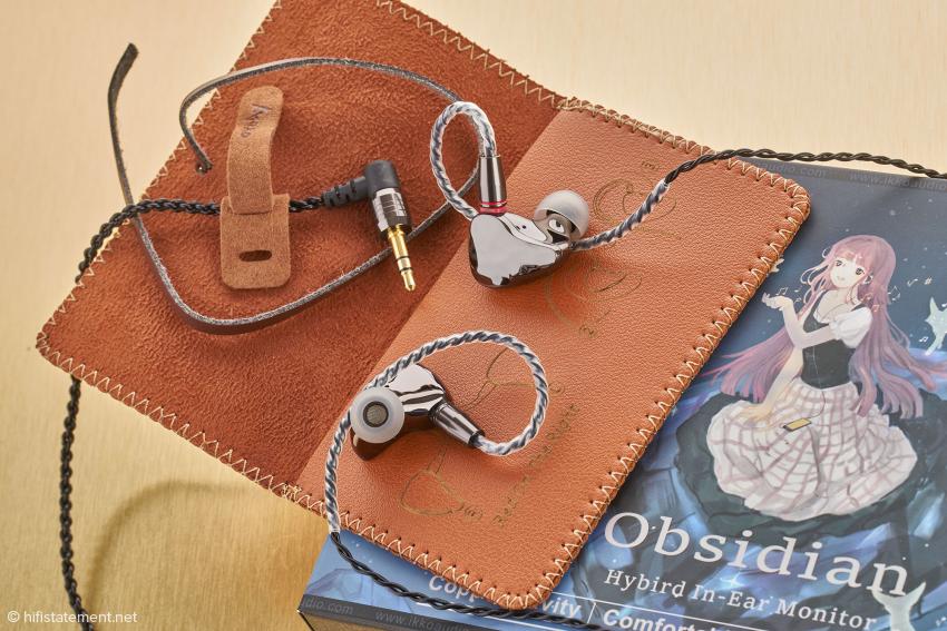 Die kleine Kunstledertasche lässt sich mit einem Band umschlingen und verschließen