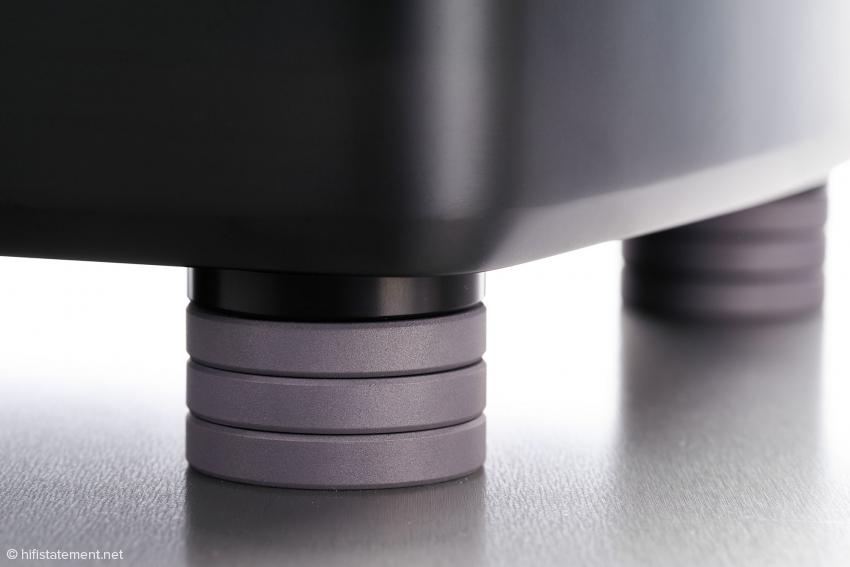 Die High-End-Füße Darks D-TC Supreme wirken unter dem PowerSwitch völlig unspektakulär