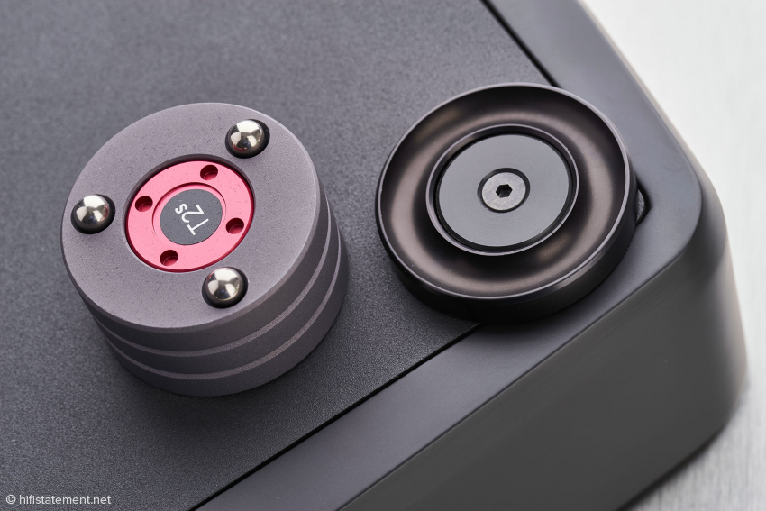 Titanium balls are used between the titanium discs of the Darkz and for contacting the component feet