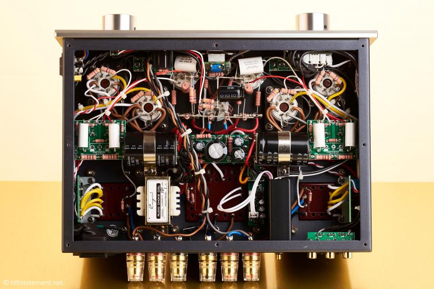 Die erstklassige Fertigungsqualität zeigt sich auch im Geräteinneren mit der sauberen Point-to-Point Verdrahtung