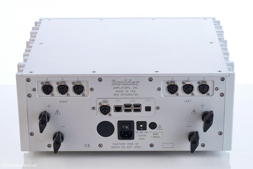 Einer der ganz wenigen Kritikpunkte: Bei dicken Lautsprecherkabeln mit Gabelschuhen sind die großen Flügel der Lautsprecherklemmen hinderlich. Cinch-Eingänge bietet der 866 nicht