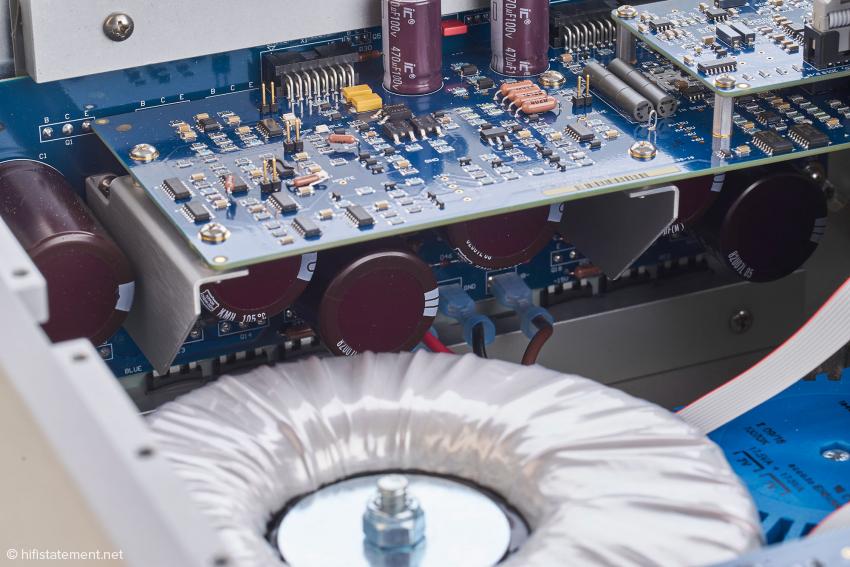 Einige Siebelkos sitzen ganz in der Nähe der Endstufentransistoren, die mit einer Aluleiste an die als Kühlkörper gestaltete Seitenwand gepresst werden