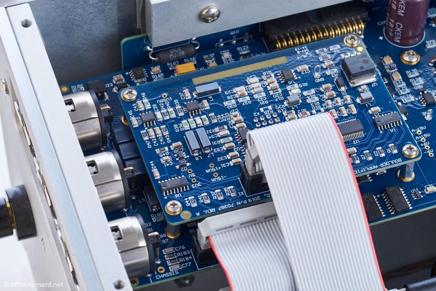 Die Wandlerplatine eines Kanals: Sie enthält den DAC-Chip, der laut Boulder eine aufwändige externe Beschaltung erfordert. Die analoge Signalverarbeitung erfolgt vollsymmetrisch