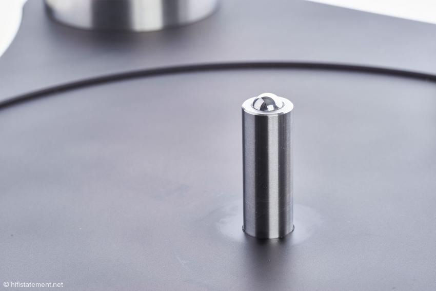 Der Teller läuft auf dieser Achse mit einem Durchmesser von 16 Millimetern