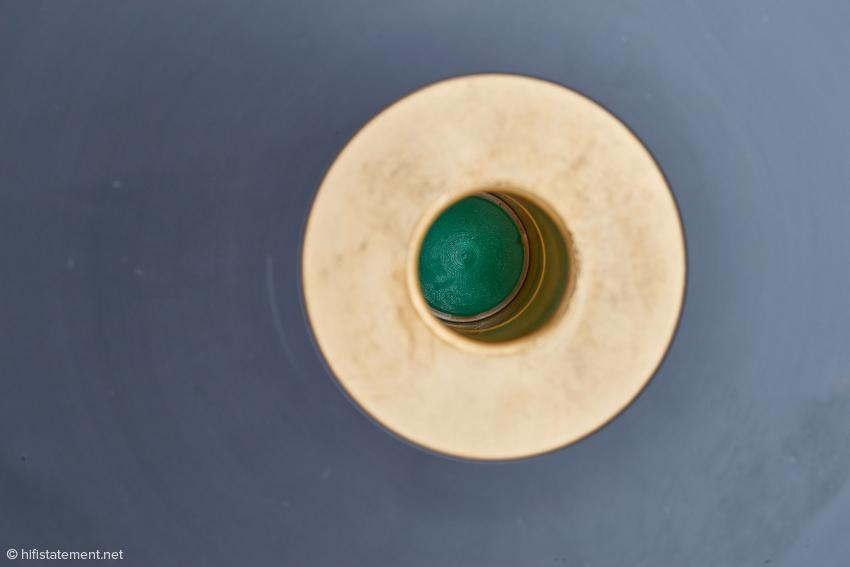 Die Lagerbuchse aus Phosphor-Bronze. Die Anlauffläche, mit der die Lagerkugel Kontakt hat, besteht aus einen Kunststoff der Härte S-Grün, der hier wirklich grün gefärbt ist