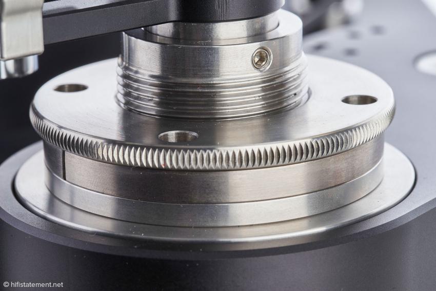 Diesen feinen Mechanismus bezeichnet TW-Acustic als VTA-Riser: Er ermöglicht die Veränderung der Höhe des Tonarms und damit des vertikalen Abtastwinkels während des Betriebs des Arms