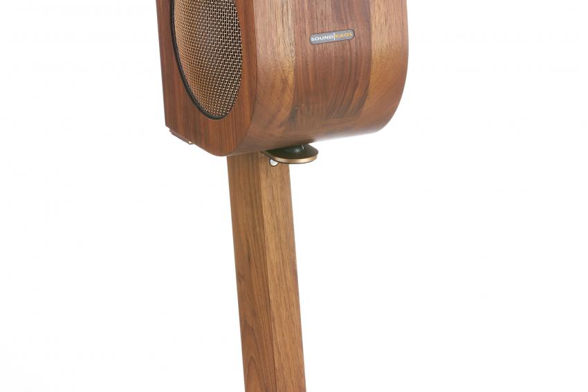 Die Vox 3f auf dem Ständer aus Holz