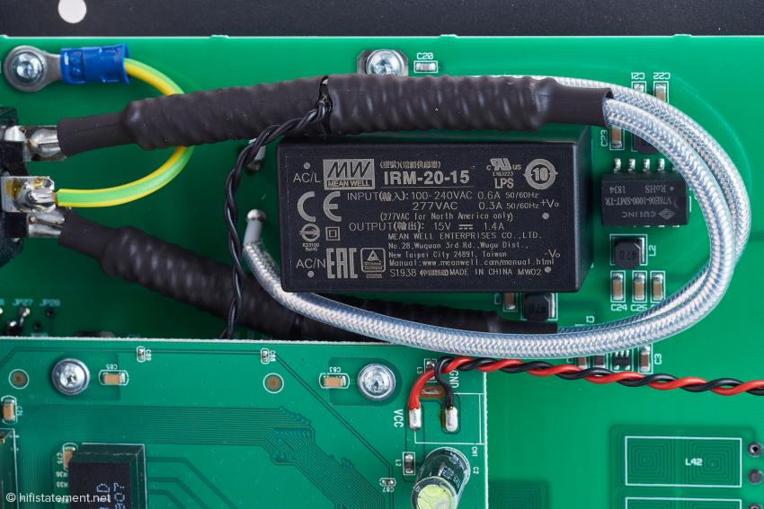 In der Stromleitung erkennt man im schwarzenSchrupfschlauch zwei die aktiven Kabel-Tesla-Spulen sich abzeichnen