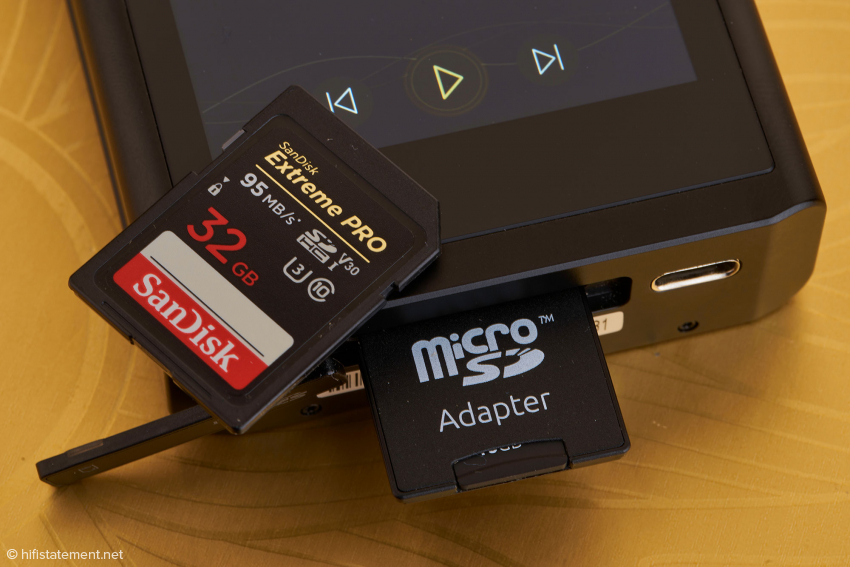 Es können sowohl MicroSD Karten als auch SD Karten eingesetzt werden. Der 3.1-Gen2-USB-Anschluss kann sowohl zum Laden, als auch für den Datentransfer in beiden Richtungen benutzt werden.