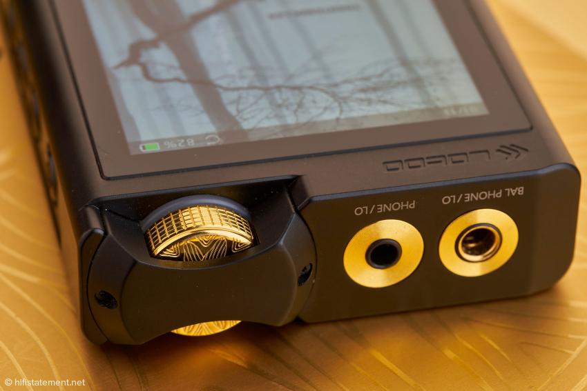 Ein Blickfang ist der goldene Lautstärkeregler, dessen Design vom Vorgängermodell übernommen wurde. Neben dem unsymmetrischen 3,5-Millimeter-Ausgang existiert ein symmetrischer 4,4-Millimeter-Pentaconn-Ausgang.