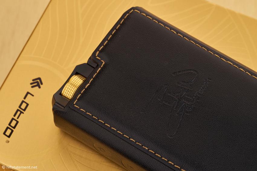 Eine elegante Schutzhülle aus Leder gehört zum Lieferumfang.