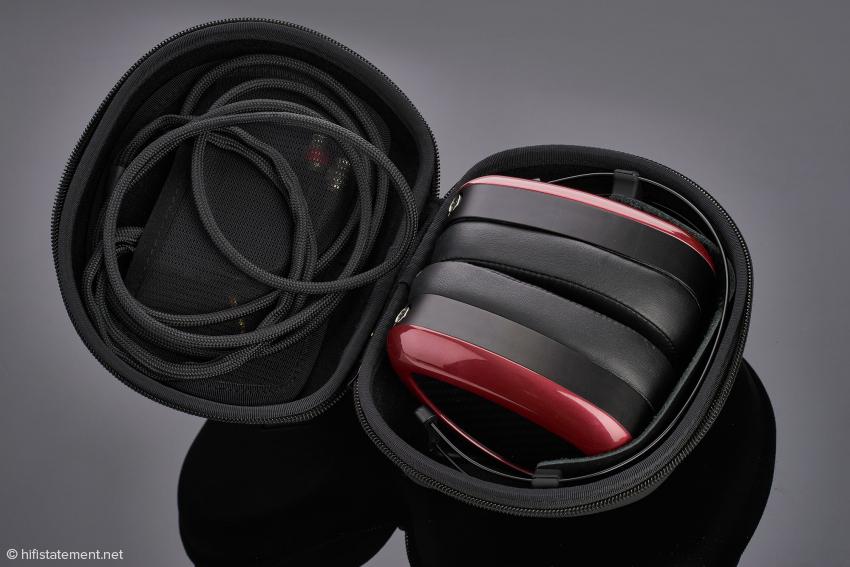 Das Transport-Case ist für einen Kopfhörer dieser Größe ungewöhnlich kompakt