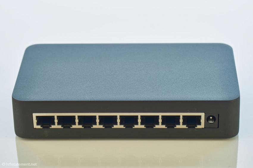Die Rückseite des EE 8 mit den acht Ethernet-Ports – der ganz rechte Port ist für das ankommende LAN-Kabel vom Router vorgesehen