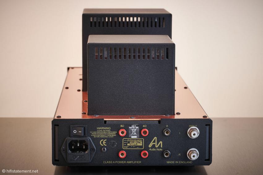 Die Rückseite unter anderem mit den Anschlüssen für Lautsprecher mit vier Ohm und acht Ohm, in der Regel dürften acht Ohm die klanglich bessere Wahl sein
