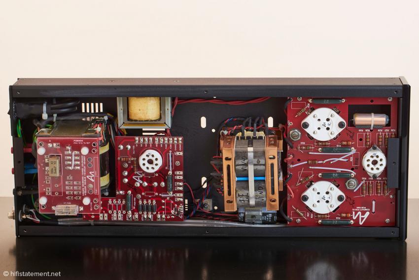 Unter dem Bodendeckel offenbart sich der blitzsaubere elektrische Aufbau der Audio Note Vindicator