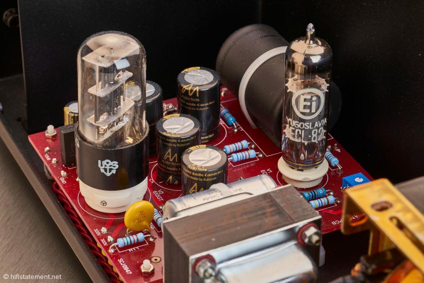 Netzteil: Gleichrichterröhre 6X5 links und ECL82 als Stabilisator rechts
