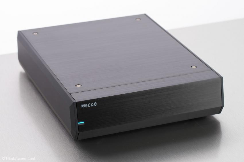 Der Melco S100 wirkt äußerlich recht schlicht, ist aber sehr gut ausgestattet, zum Beispiel mit zwei Medienkonvertern