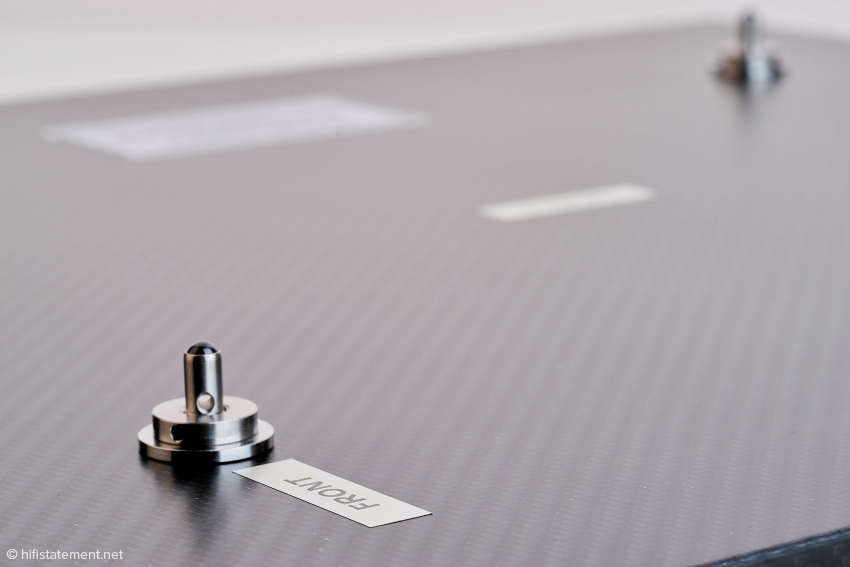 Hier erkennt man die Carbonfiber-Optik. Der Aufkleber weist auf die korrekte Ausrichtung des Bodens im Rack hin