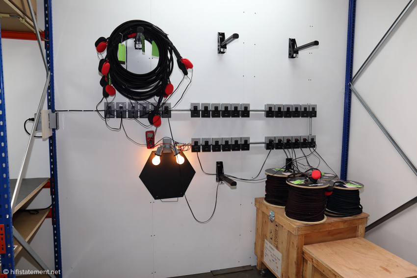 This apparatus is used to burn in the cables connected in series. The lamps act as load resistors. In the case of very high-quality cables, this is done after assembly; all other cables are treated on the spool, which is said to be only 15 percent less effective