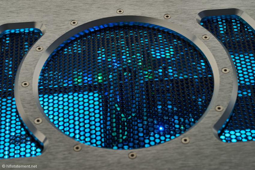 Auch das Innere der Pre 2 wird mit farbigen LEDs illuminiert. Anders als bei den Endstufen ist die Intensität der Beleuchtung hier nicht in zwei Stufen wählbar