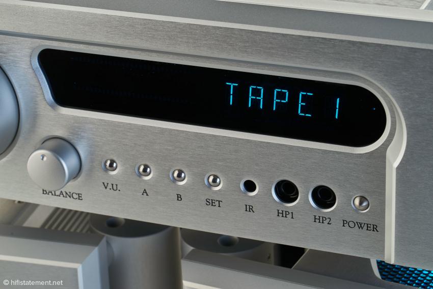 Die Signal-Busse A und B erlauben die Hinterbandkontrolle und das gleichzeitige Aufnehmen zwei verschiedener Quellen mit zwei unsymmetrischen Tonbandmaschinen. Wählt man V.U., zeigen in der dunklen Fläche des Display zwei LED-Ketten den Pegel der Eingangsignale an