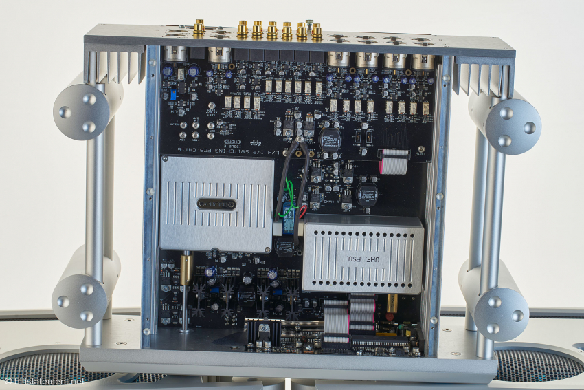 Das Hochfrequenz-Netzteil der Pre 2 ist in der rechten Metall-Box untergebracht. Die linke beherbergt unter anderem das Alps-Blue-Velvet-Vierfach-Motorpoti