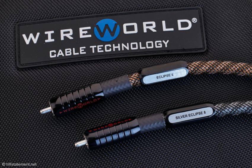 Die Verarbeitung der Kabel ist top, die Markierungen der Laufrichtung erleichtern den korrekten Anschluss. Auch die Aluminium-Reiter tragen jenseits der Typenbezeichnung Richtungspfeile