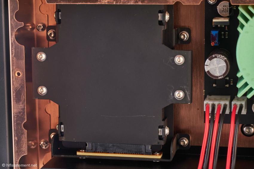 Unter dieser Abdeckung kann eine Festplatte installiert werden. Der Aries stellt dafür ein Ampere zur Verfügung. Das sollte für Zwei-Terabyte-SSDs reichen. Wer mehr Speicherplatz braucht, muss zu HDDs greifen