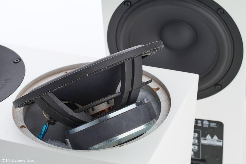 Der Tiefmitteltöner verfügt über einen massiven Korb und einen passend bemessenen Magneten