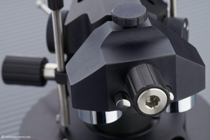 Nach dem Lösen der oberen Rändelschraube lässt sich das Gegengewicht mittels der mittigen Schraube so fein bewegen, dass die Auflagekraft auf die zweite Nachkommastelle genau eingestellt werden kann. Die verchromten Messinggewichte können bei Bedarf gegen solche mit unterschiedlichen Massen getauscht werden