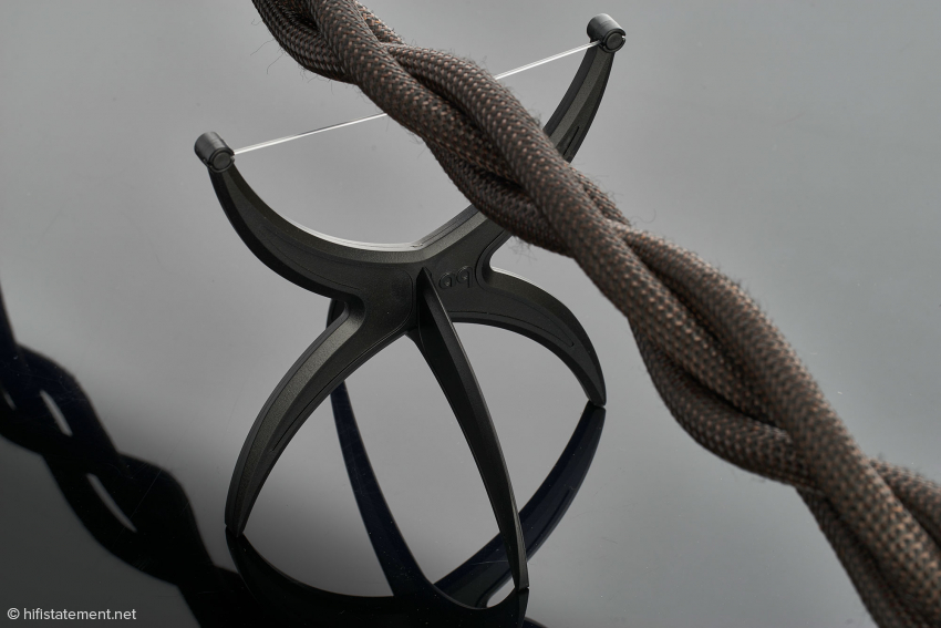 The cable rests on an acrylic thread, which generates virtually no reflections