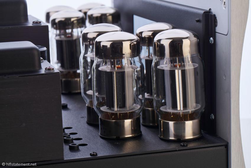 Pro Kanal gibt es nur zwei Lautsprecherklemmen: Die VTL-Übertrager arbeiten nicht mit verschiedenen Anzapfungen für vier und acht Ohm. Die ST-150 lässt sich zwischen Trioden- und Tetrodenbetrieb umschalten