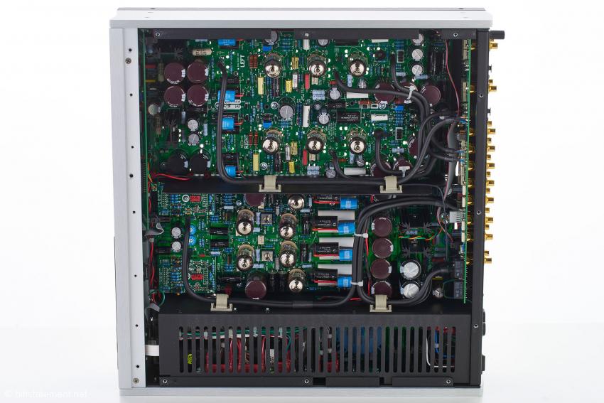 Unten das geschirmte Netzteil, darüber die Vorstufen-Platine und oben das Phonobord. Auf der Platine mit dem roten Chip links in der Mitte findet die Lautstärkeregelung statt