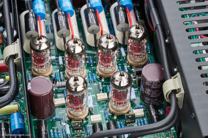 Die vier Koppelkondensatoren auf der Vorstufen-Platine wurden mit je zwei Bypass-Kondensatoren versehen. Die Vorstufen-Röhren stammen von JJ Electronic in der Slowakei