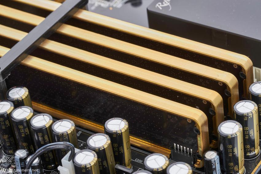 Die vier Hybrid-DACs wandeln mit hochpräzisen Widerstandsleitern