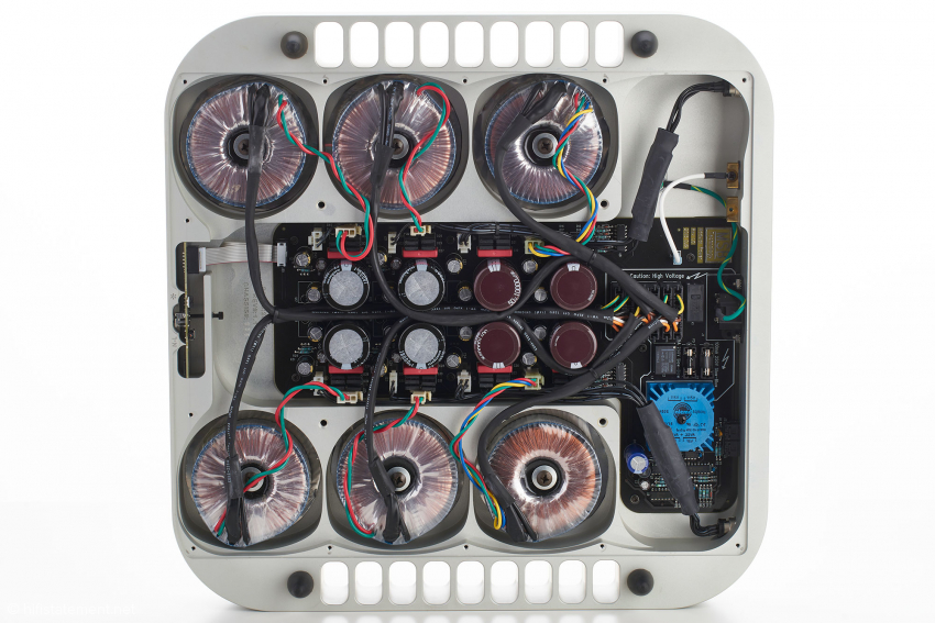 Im Netzteilgehäuse finden sich sechs Ringkerntransformatoren, die Spannungsstabilisierungen und die Siebkapazitäten