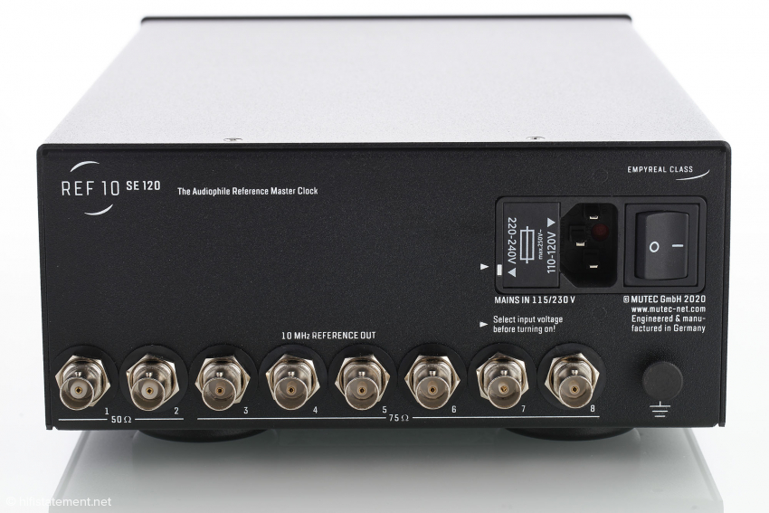 Die Taktausgänge des REF 10 SE120: 2 x BNC 50Ω und 6 x BNC 75Ω