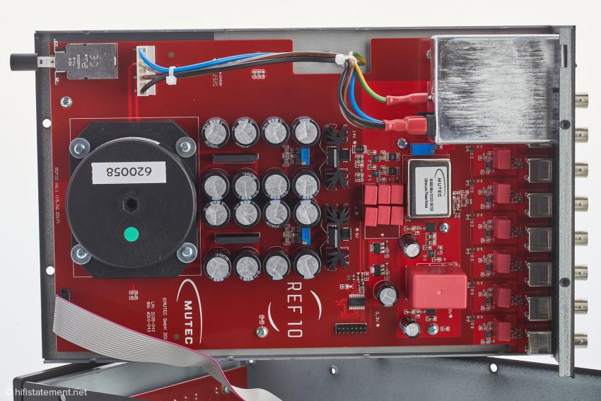 Das Innenleben des REF10 SE120 von links nach rechts: großer Ringkerntransformator, üppige Siebkapazitäten, aufwendige Spannungsstabilisierung, Oszillatorschaltung und umfangreiches Netzeingangsfilter
