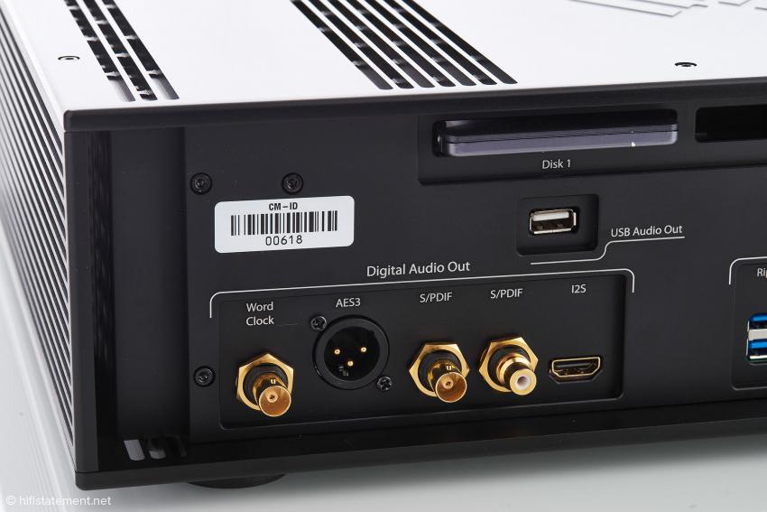 Bei den digitalen Ausgängen ist auch der Femto-Wordclock-Ausgang für die Taktung eines externen digitalen Gerätes zu finden. Das könnte ein D/A-Wandler sein. Audiosignal und LAN-Signal sind zwei komplett unterschiedliche Signaltypen. Der K50 kann nur einen nachfolgenden DAC takten.