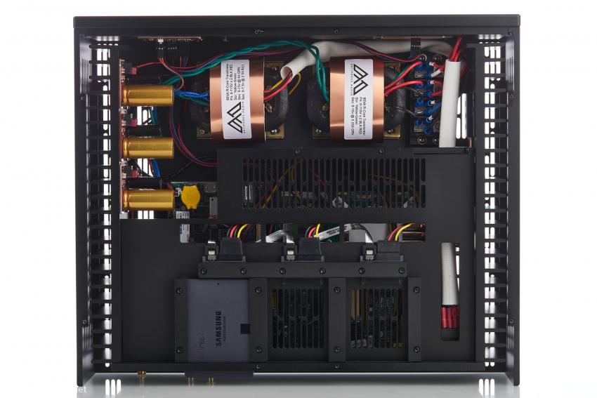 Die zwei Ringkerntrafos wandeln mit ihren 115 Volt jeweils eine Halbwelle des Netz-Sinus und versorgen gemeinsam die drei Netzteile links