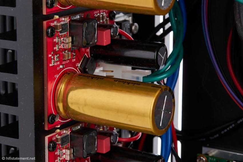 Jedes der drei identischen Netzteile trägt so einen hochwertigen Nichikon Kondensator