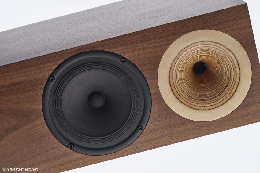 Oben das aus dem Vollen gedrehte Multiplex-Hochtonhorn, unten der großartige Tiefmitteltöner aus Papier inklusive mehrfach gefalteter Papiersicke von GAP oder Galm Audio Produkte