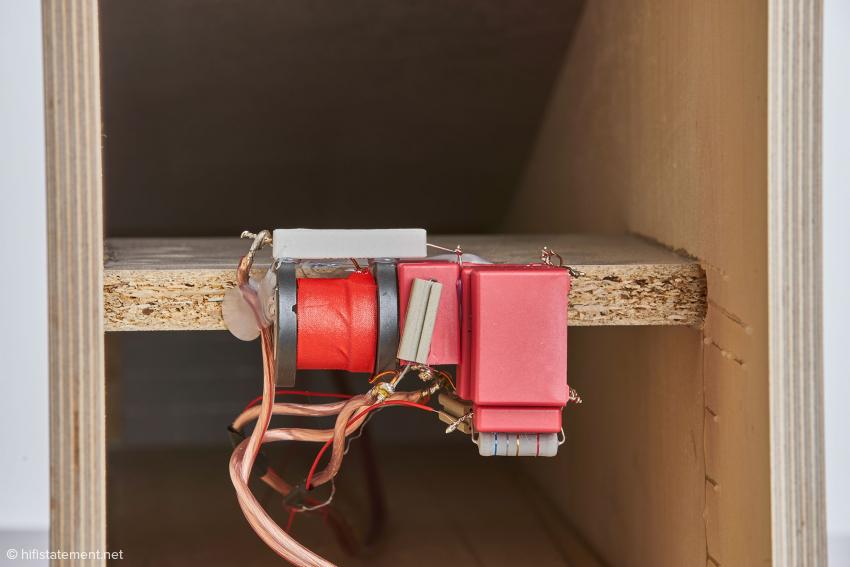 Blick von unten in das Basshorn mit auf dem Stabilisierungssteg sitzender, Punkt-zu-Punkt verdrahteter Frequenzweiche und dünnen, teflonisolierten 7N-Solid-Core-Kupferkabeln für den Hochtöner